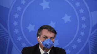 El presidente de Brasil, Jair Bolsonaro, lleva una máscara facial durante una conferencia de prensa sobre la pandemia de coronavirus COVID-19 en el Palacio del Planalto en Brasilia, Brasil, el 20 de marzo de 2020.
