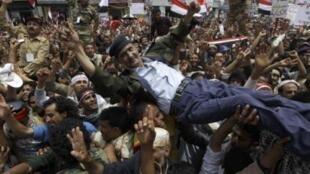 Một sĩ quan quân đội Yemen được đám đông biểu tình ngày 10/4/11 tại Sanaa công kênh vì tỏ ý ủng hộ đòi hỏi Tổng thống Saleh phải ra đi.