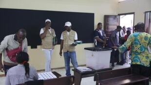 Opérations de vote dans un bureau de Libreville lors du premier tour des élections locales et législatives, le 6 octobre 2018.