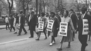 Manifestantes protestam contra assassinato de Martin Luther King nos anos 50