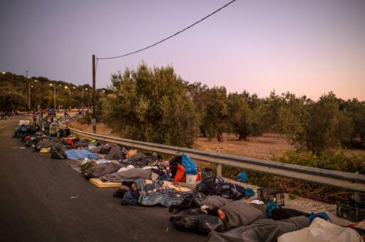 Migrantes duermen a un lado de la carretera cerca de Mitilene, en Grecia, después de que un incendio destruyera el campo de refugiados de Moria en la isla de Lesbos, el 10 de septiembre de 2020