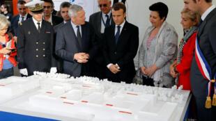 El presidente francés Emmanuel Macron visita un laboratorio de la Escuela Politécnica en Orsay, Francia, el 25 de octubre de 2017.