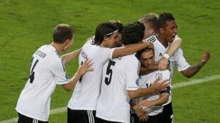Les joueurs allemands fêtent le but de Philipp Lahm, le 22 juin 2012.