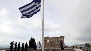 Le drapeau grec est hissé devant le Parthenon à Athènes en Grèce en présence de la présidente de la république Katerina Sakellaropoulou le 25 mars 2021.