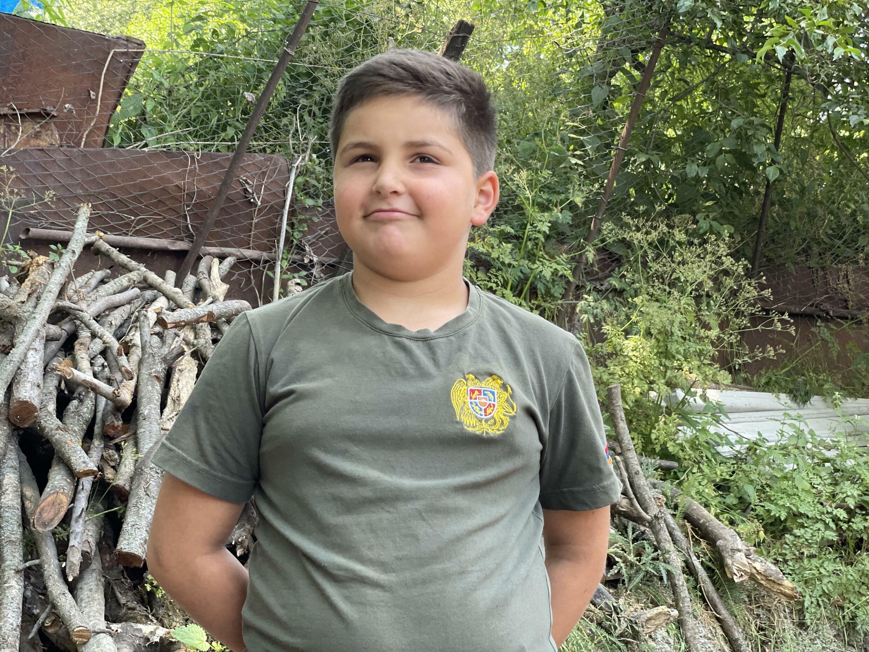 После войны, по ту сторону границы, разделившей деревню Шурнух, остался дом 8-летнего Ваге Степаняна, который там оставил свой мяч.