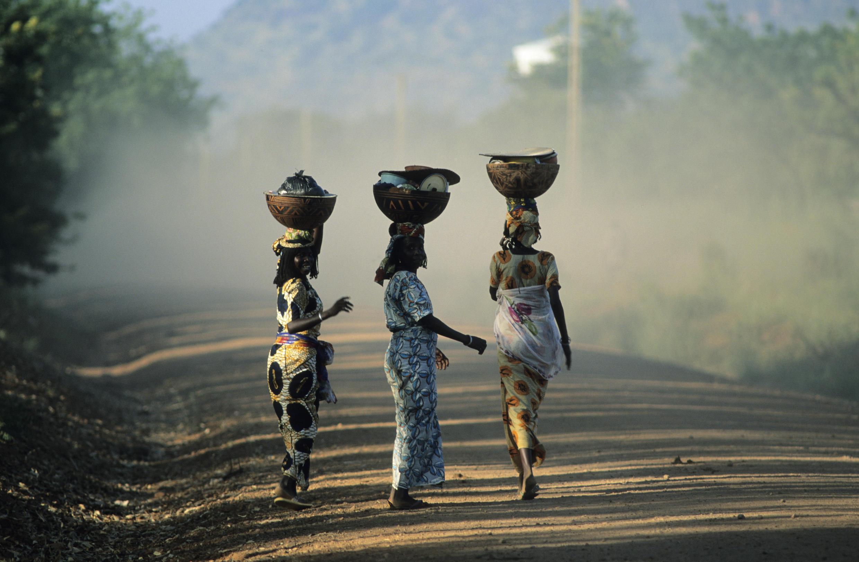 Villageoises revenant du marché au nord du Cameroun.