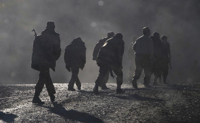 Des soldats arméniens marchent sur la route près de la frontière entre le Haut-Karabakh et l'Arménie, dimanche 8 novembre 2020.