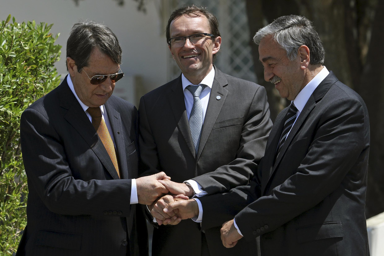 Le président chypriote grec Nicos Anastasiades (g.), son homologue de Chypre-Nord Mustafa Akinci (d.) et l'envoyé spécial de l'ONU Espen Barth Eide à Nicosie, le 15 mai 2015.