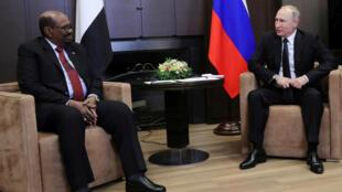 Le président soudanais Omar el-Béchir a été reçu par le président russe Vladimir Poutine, à Sotchi, le 23 novembre 2017.