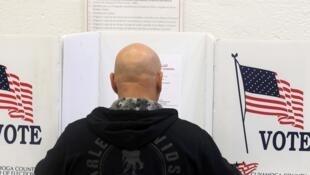 Un électeur de l'Ohio lors du vote pour la présidentielle américaine, le 8 novembre 2016.