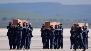 Los féretros con los cuerpos de los periodistas españoles David Beriain y Roberto Fraile y del irlandés Rory Young, asesinados en Burkina Faso, tras llegar a Torrejón de Ardoz, el 30 de abril de 2021