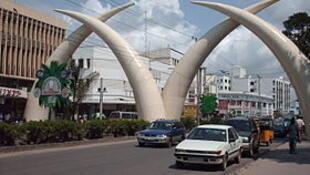 Les défenses d'éléphants de l'avenue Moi à Mombasa, deuxième ville du pays.