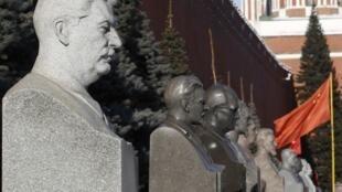 Бюст Сталина над его могилой у Кремлевской стены