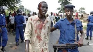 Um manifestante ferido pela polícia durante as manifestantes retomadas esta segunda-feira 27 de abril, nalguns bairros, de Bujumbura, capital paralisada.