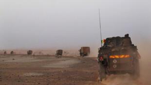 Un convoi de l'armée française quitte Tombouctou pour Gao. (photo prise le 7 février 2013)