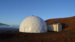 Six scientifiques vont s'enfermer pour un an dans un dôme de 11 kilomètres de diamètre, installé à Hawaï..