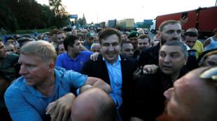 Михаил Саакашвили в окружении сторонников пересекает польско-украинскую Границу, 10 сентября 2017 г.