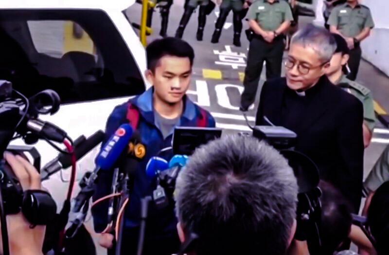2018年在台湾杀害同行女友而惹起轩然大波的20岁香港青年陈同佳,2019年10月23日洗钱及盗用信用卡罪名刑满出狱。陈23日上午9时在圣公会神职人员管浩鸣的陪同下步出监狱。