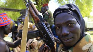 Combattant de l'armée du Soudan du Sud, ici à côté de Bor, le 25 décembre.