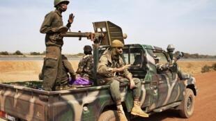 Des soldats maliens à Diabaly, dans le centre du pays.