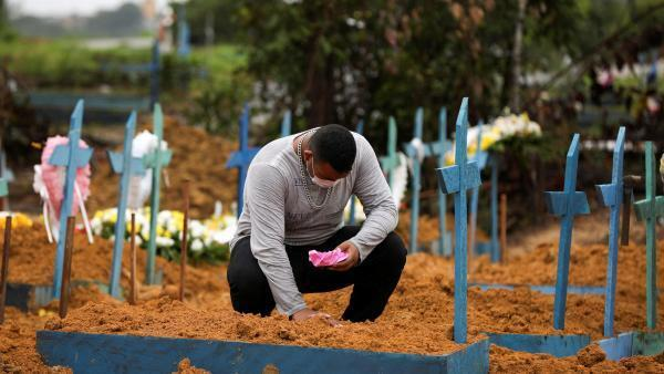 Un habitant de Manaus, au Brésil, se recueille sur la tombe de sa grand-mère, décédée du coronavirus, le 6 mai 2020.