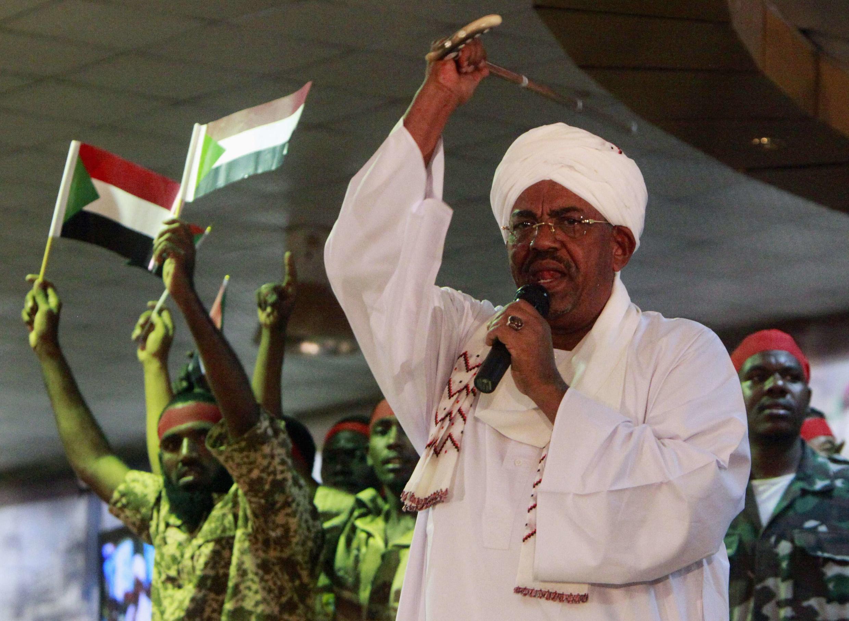 Shugaban kasar Sudan Umar Hassan Al Bashir a lokacin da yake jawabin kaddamar da yaki a Sudan ta Kudu gaban daruruwan dakarun Sudan da magoya bayan shi.
