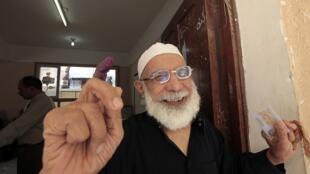 Un hombre muestra su dedo con tinta tras haber votado en Alejandría, este 23 de mayo de 2012.