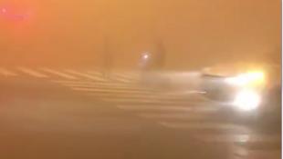 霧霾中斑馬線上的交警2018年11月14日中國網傳視頻截圖