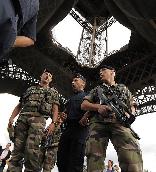 Policiais e soldados franceses vigiam a Torre Eiffel, em 16 de setembro de 2010.