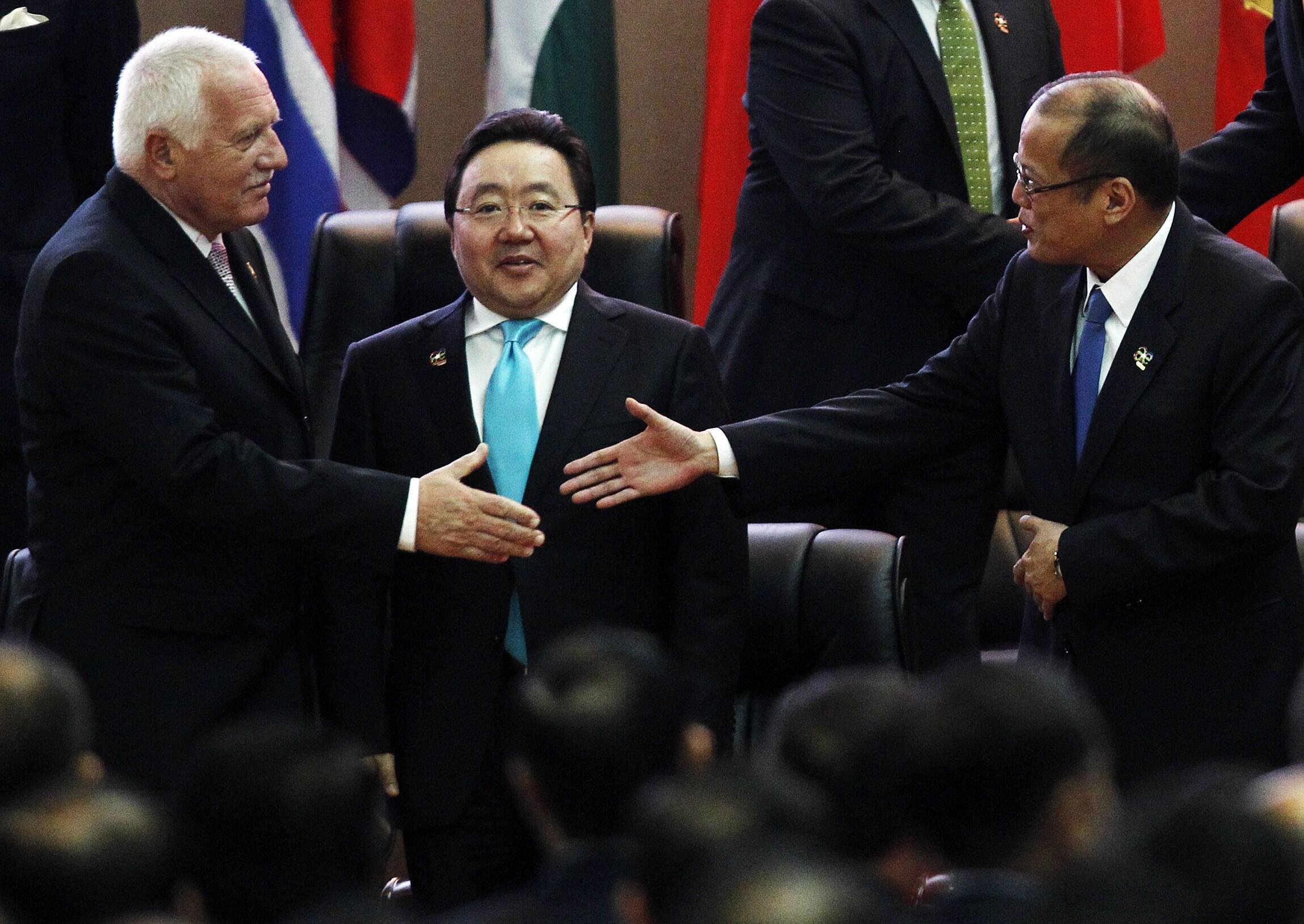 Tổng thống Philippines B. Aquino (phải) tại  ASEM 19, luôn tận dụng mọi cơ hội để tìm sự ủng hộ về chủ quyền biển đảo của Philippines (REUTERS)