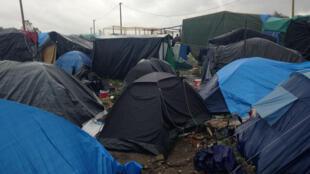 A la fin du mois d'octobre 2015, 6 000 migrants vivaient dans la jungle de Calais, soit le double par rapport au mois de septembre. Les nouveaux arrivants doivent se contenter de bâches ou de petites tentes fournies par les associations.