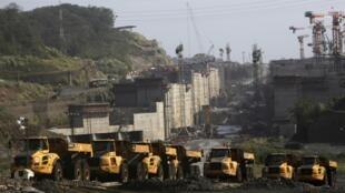 Vehículos pesados estacionados en la zona de obras del canal de Panamá el 12 de febrero de 2014.
