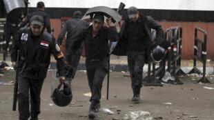 Tropas de choque em momento de trégua com manifestantes na praça Tahrir.