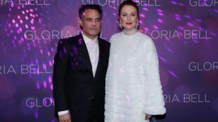 Le réalisateur du film «Gloria Bell» Sebastian Lelio et l'actrice Julianne Moore assistent à l'avant-première de ce film à Paris, le 15 avril 2019.