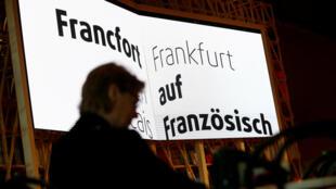 «Francfort est française» peut-on lire sur une banderole exposée à la foire du livre de Francfort, en Allemagne, le 10 octobre 2017.