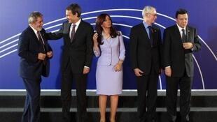 El presidente Lula de Brasil, el presidente de gobierno español Rodríguez Zapatero, la mandataria argentina Fernández de Kirchner, el presidente del Consejo Europeo Van Rompuy y el Presidente de la Comisión Europea, Barroso, en una foto de familia.