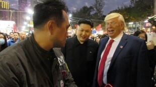 Dân Hồng Kông đóng giả tổng thống Mỹ Donald Trump và lãnh đạo Bắc Triều Tiên để đùa chơi, công viên Victoria, Hồng Kông, ngày 21/01/2017.