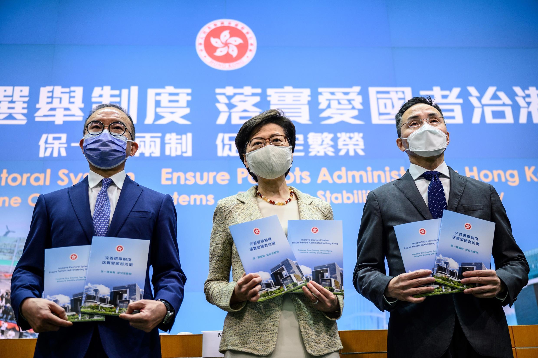 2021年3月30日,新聞發布會上香港特首林鄭月娥和她的兩名政府成員。