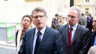 Vincent Peillon ministre français de l'Education nationale, à Paris, devant l'école où un homme s'est suicidé ce jeudi 16 mai.
