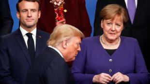 La canciller alemana, Angela Merkel, mira al presidente estadounidense, Donald Trump, junto al presidente francés, Emmanuel Macron, en una cumbre de la OTAN en Watford, Reino Unido, el 4 de diciembre 2019