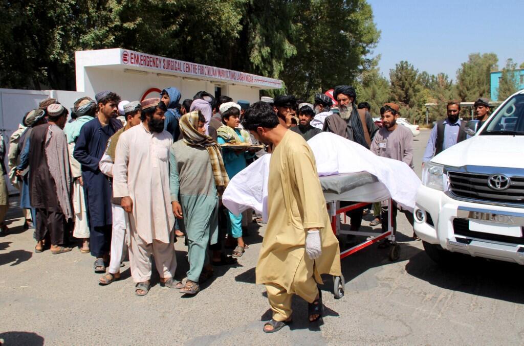 کشته و زخمیشدگان حملات هوایی نیروهای امنیتی افغانستان که روز یکشنبه ۳۱ سنبله/ ٢٢ سپتامبر در ولایت هلمند اتفاق افتاد، توسط اهالی به بیمارستان حمل میشوند.