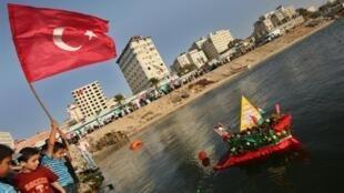 Sur le port de Gaza City, un bateau symbolique est jeté à la mer par des Palestiniens, rassemblés pour rendre hommage aux militants étrangers de la flotille tombés pendant le raid israélien.