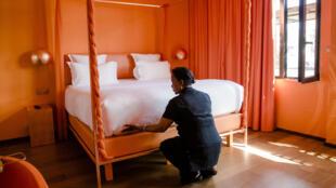 Une femme de chambre photographiée dans l'une des suites d'un hôtel à Paris, le 20 juillet 2016.