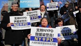 美国华人示威声援误杀黑人的纽约华人警察梁彼得, 2016年2月20日。