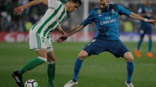 L'Algérien Aïssa Mandi face au Français Karim Benzema, lors de Betis Séville-Real Madrid.