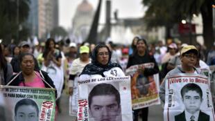 Les proches des 43 étudiants disparus d'Iguala, lors d'une manifestation le 26 janvier 2018.