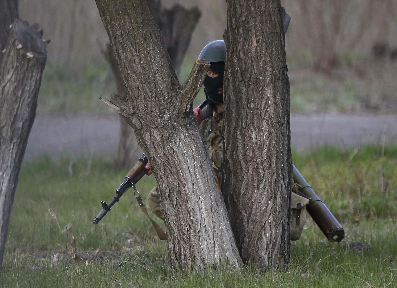 Soldat ukrainien en faction sur la base aérienne de Kramatorsk, ville occupée par des forces pro-russes, le 15 avril 2014.