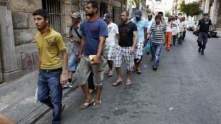 Des milliers d'immigrés ont été interpellés par la police à Athènes, le 5 août 2012, pour une vérification des papiers d'identité.