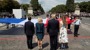 Tổng thống Pháp E. Macron và đồng nhiệm Mỹ D. Trump, cùng với các phu nhân tại lễ diễu binh truyền thống tại đại lộ Champs-Elysée ngày 14/07/2017, tại Paris.