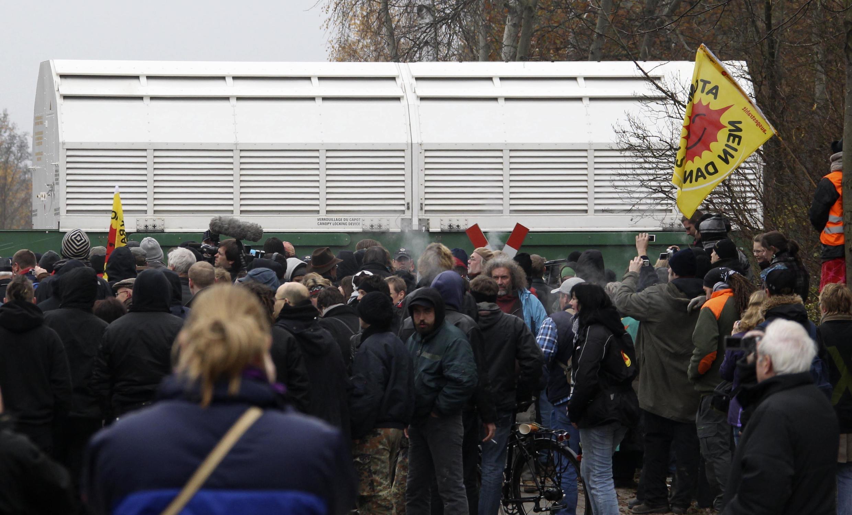 Trem que levava carregamento de lixo atômico da França para a Alemanha, que tinha sido bloqueado durante várias horas por manifestantes ecologistas, chega a seu destino depois da intervenção da polícia.